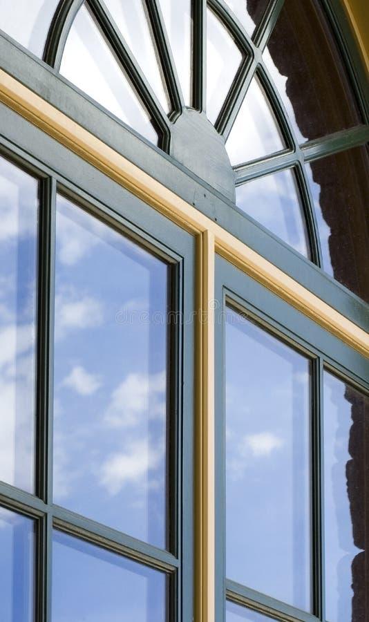 Doppio-paned Windows con le riflessioni della nube immagine stock