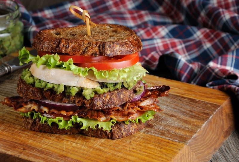 Doppio panino con il pollo ed il bacon fotografie stock libere da diritti