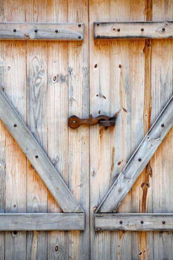 Doppio portello di granaio di legno fotografia stock libera da diritti