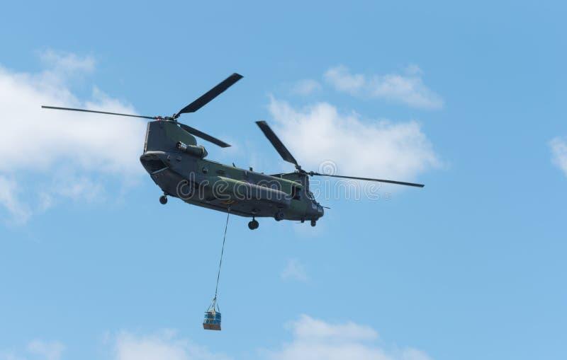 Doppio rotore, ponte aereo pesante, elicottero militare, in volo, carico di trasporto immagini stock libere da diritti