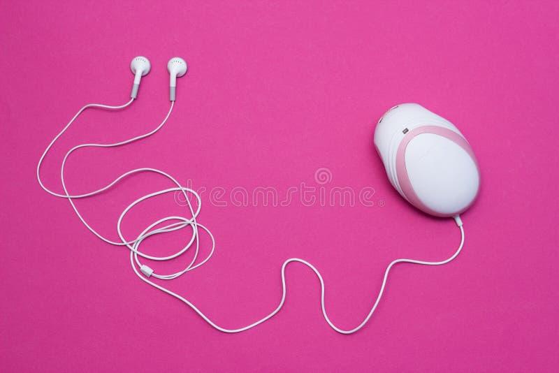 Doppler fetale con le cuffie per ascoltare il battito cardiaco in donne incinte, primo piano, fondo rosa, strumento del bambino immagini stock libere da diritti