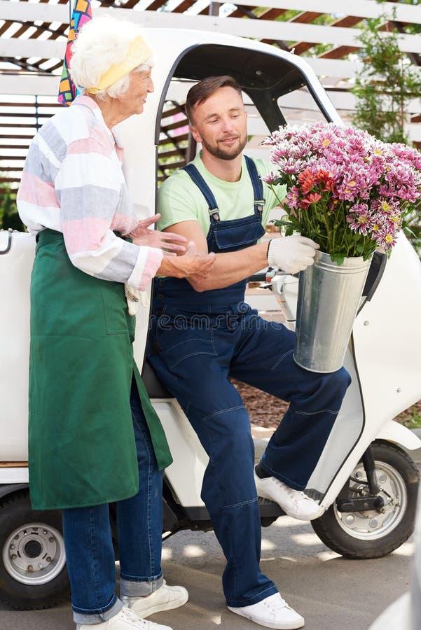 Doręczeniowy mężczyzna z kwiatami obrazy stock