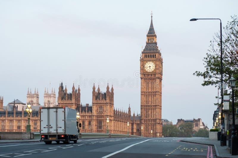 Doręczeniowa ciężarówka krzyżuje Westminister most przy świtem w Londyn, UK zdjęcia royalty free