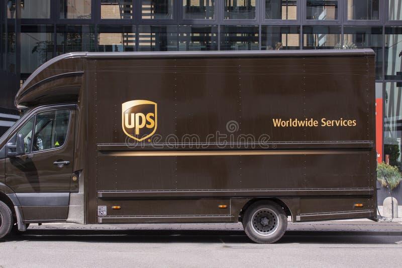 Doręczeniowa ciężarówka od UPS bocznego widoku United Parcel Service Ameryka jest światu wielkiego pakunku doręczeniowym firmą zdjęcie royalty free