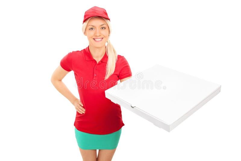 Doręczeniowa dziewczyna trzyma pudełko pizza obrazy stock