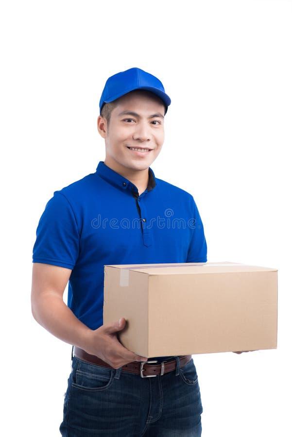 Doręczeniowa osoba Azjatycki listonosz z pakuneczka pudełkiem Pocztowa dostawa obrazy stock