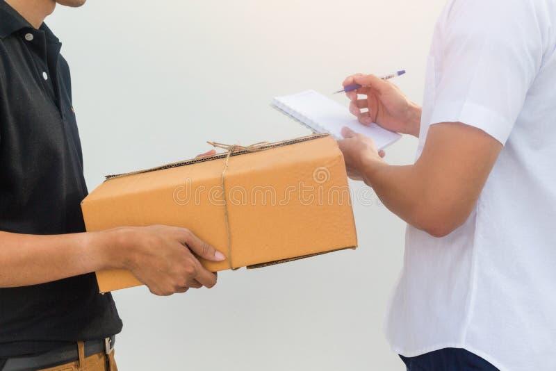 Doręczeniowa usługa wysyłał klienta dostawania pakunku pudełko zdjęcia royalty free
