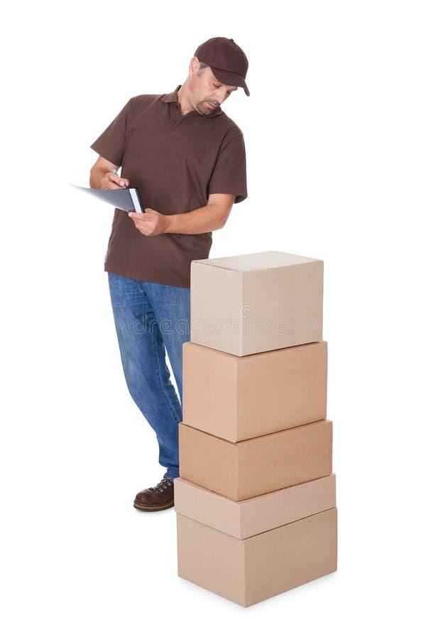 Download Doręczeniowego Mężczyzna Odliczający Pudełka Zdjęcie Stock - Obraz złożonej z dorosły, atrakcyjny: 28969008