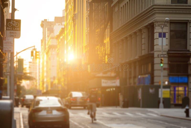 Doręczeniowego mężczyzna przejażdżki jechać na rowerze puszek ulicy Miasto Nowy Jork z t obraz stock