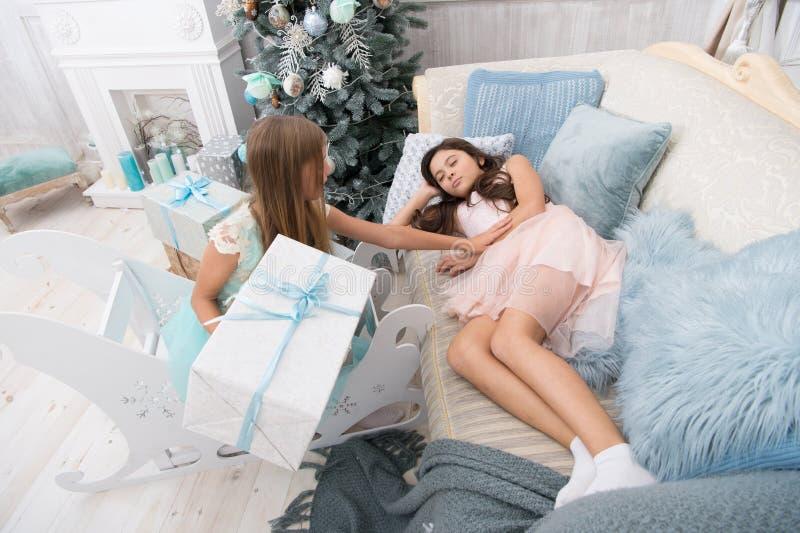 Doręczeniowi Bożenarodzeniowi prezenty Co był niegrzeczny w tym roku szczęśliwego nowego roku, szczęśliwe małe siostry świętują z zdjęcia royalty free