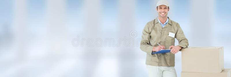 Doręczeniowy kurier z pudełkiem przed zamazanym tłem zdjęcie royalty free