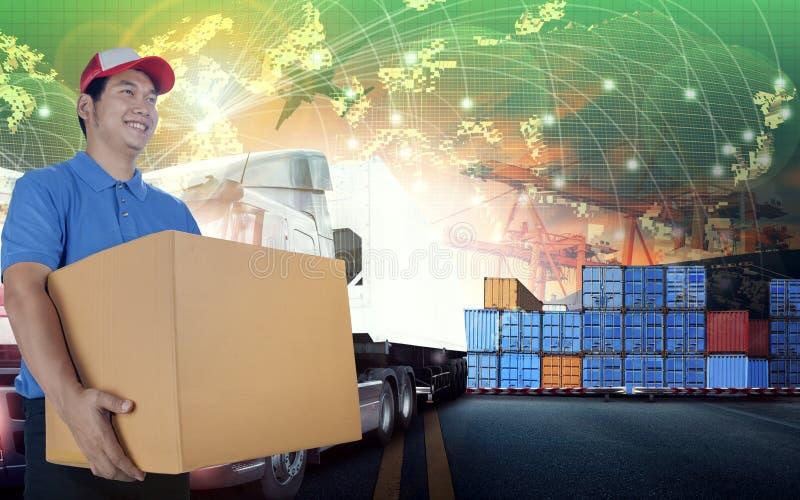 Doręczeniowy mężczyzna i karciany logistycznie pudełka i światowego, wysyłający busi obrazy stock