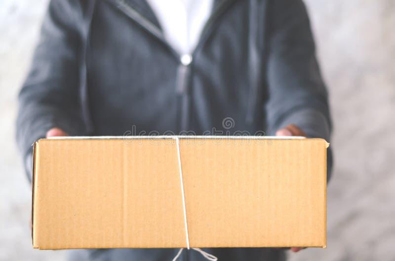 Doręczeniowy mężczyzna niesie drobnicowego pudełko fotografia royalty free