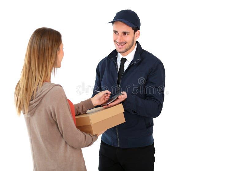 Doręczeniowy mężczyzna przynosi pakunek kobieta zdjęcie stock