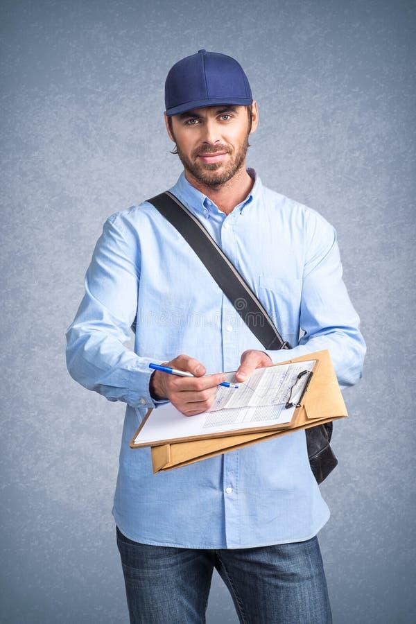 Doręczeniowy mężczyzna pyta podpisywać fakturę obrazy royalty free