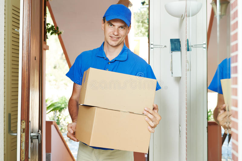 Doręczeniowy mężczyzna z pakuneczka pudełkiem indoors fotografia stock