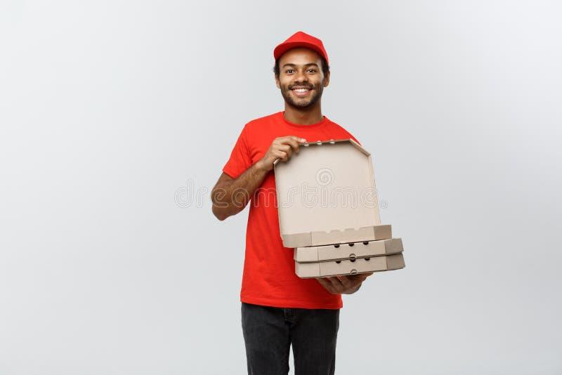 Doręczeniowy pojęcie - portret Przystojnej amerykanin afrykańskiego pochodzenia pizzy doręczeniowy mężczyzna Odizolowywający na p zdjęcie stock