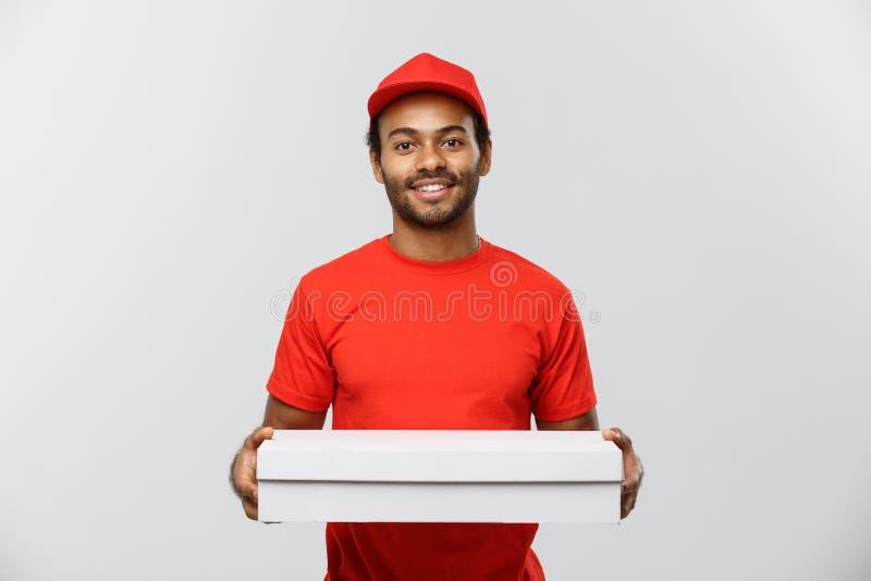Doręczeniowy pojęcie - portret Przystojnej amerykanin afrykańskiego pochodzenia pizzy doręczeniowy mężczyzna Odizolowywający na p obrazy stock