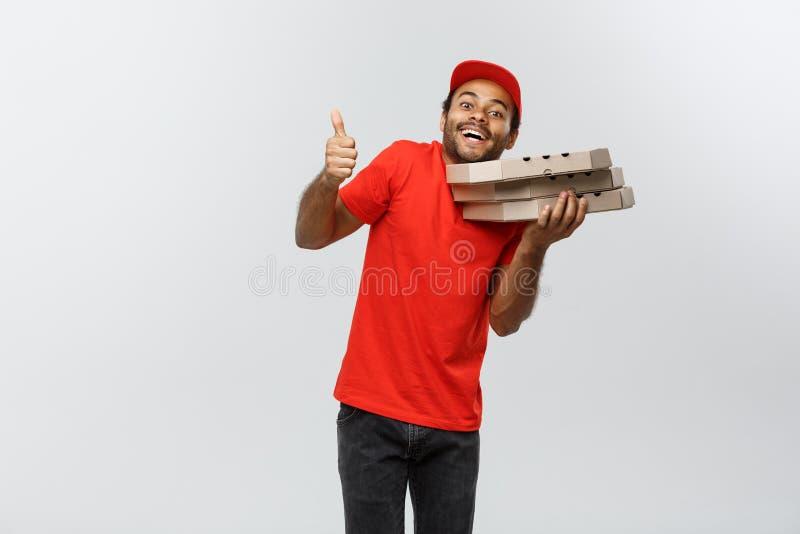 Doręczeniowy pojęcie - portret Przystojny amerykanin afrykańskiego pochodzenia pizzy doręczeniowego mężczyzna seans wali up Odizo zdjęcia royalty free