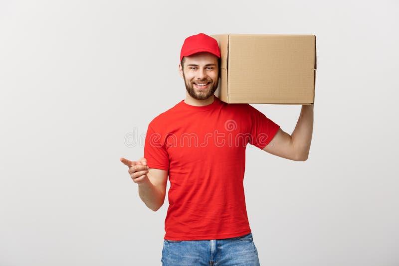 Doręczeniowy pojęcie - portret Szczęśliwy Kaukaski doręczeniowy mężczyzna wskazuje rękę przedstawiać pudełkowatego pakunek Odizol obrazy royalty free