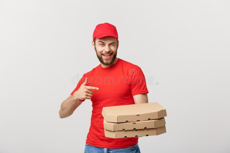 Doręczeniowy pojęcie: Przystojnej caucasian pizzy doręczeniowy mężczyzna wskazuje palec Odizolowywający nad popielatym tłem obraz stock