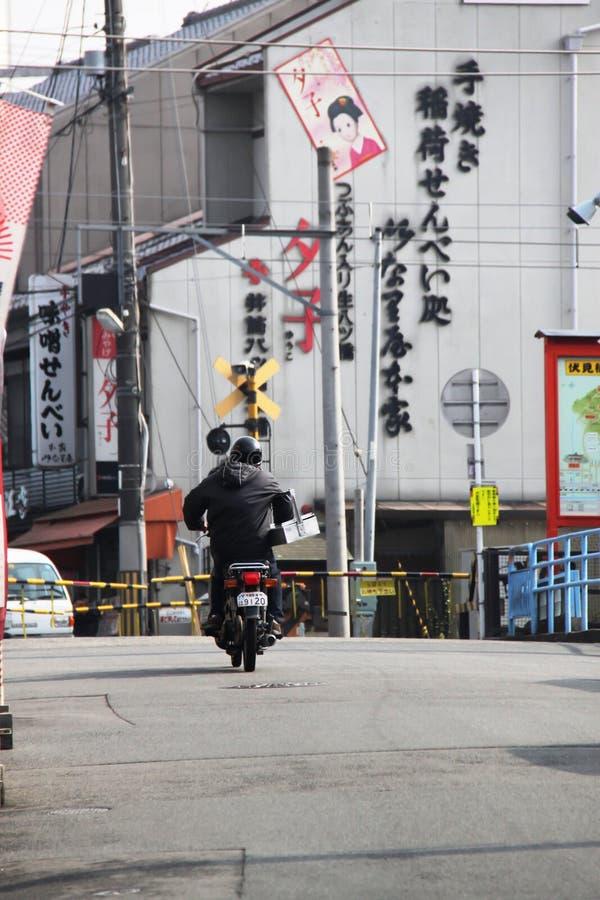 Doręczeniowy rowerzysta na ulicach Kyoto fotografia stock