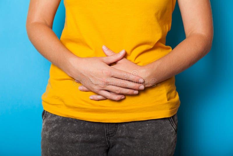 Dor abdominal, endometriose Conceito da menstrua??o das mulheres fotografia de stock