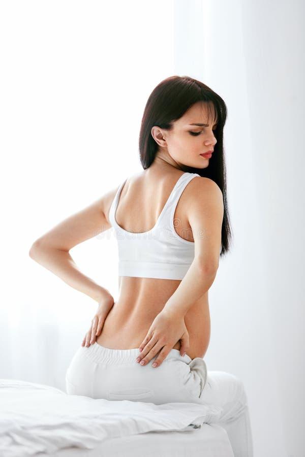 Dor da gravidez Dor nas costas do sentimento da mulher gravida foto de stock
