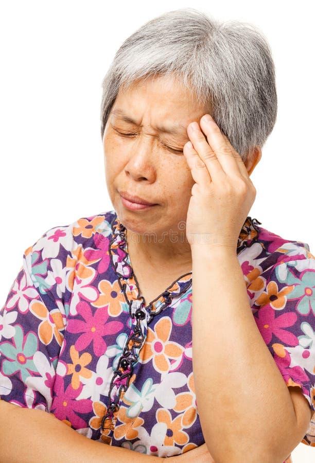 Dor de cabeça asiática madura da sensação da mulher imagem de stock