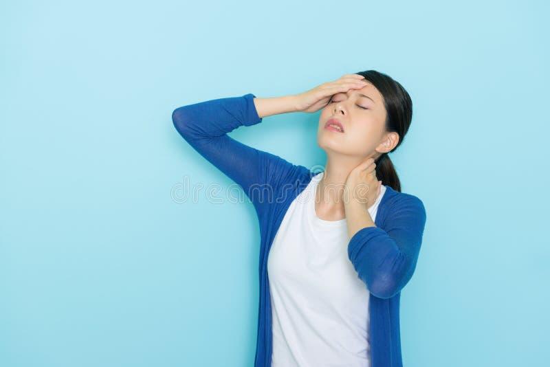 Dor de cabeça atrativa bonita do sentimento da mulher fotografia de stock