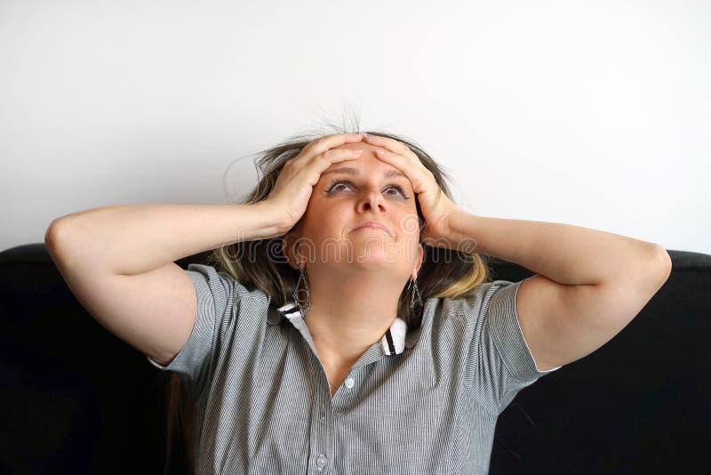 Dor de cabeça da mulher A menina espreme sua cabeça foto de stock