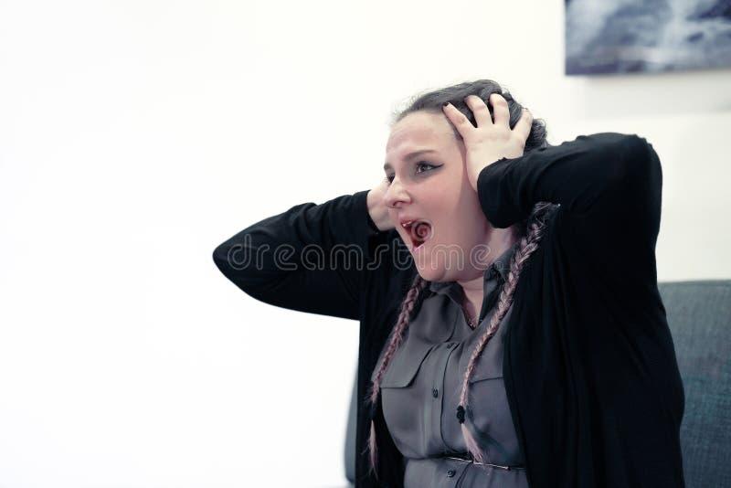 Dor de cabeça da mulher A menina espreme sua cabeça fotografia de stock