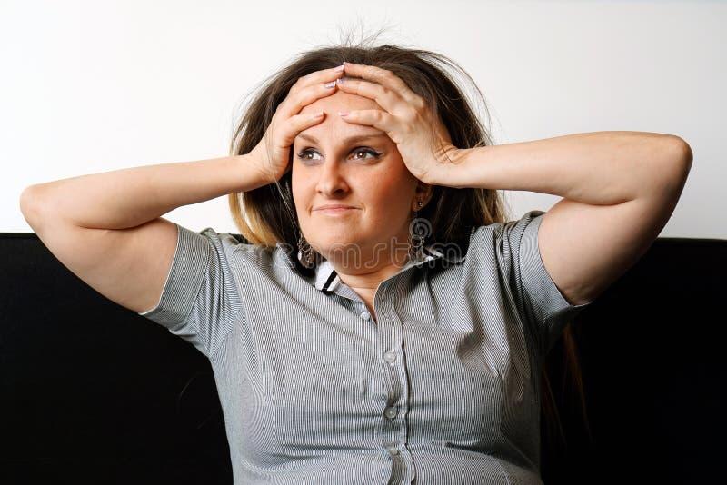 A dor de cabeça do ` s da menina A menina espreme sua cabeça imagens de stock