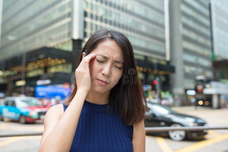 Dor de cabeça do sentimento da mulher foto de stock royalty free