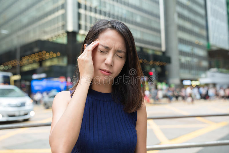 Dor de cabeça do sentimento da mulher em exterior em Hong Kong imagem de stock royalty free