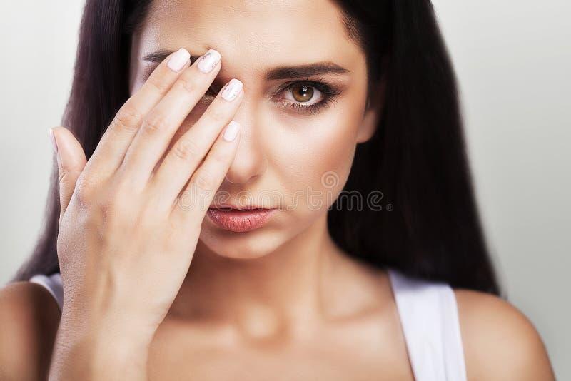 Dor de cabeça e esforço severo experiência Sentimentos dolorosos na cabeça fatiga O conceito da saúde em um fundo cinzento foto de stock