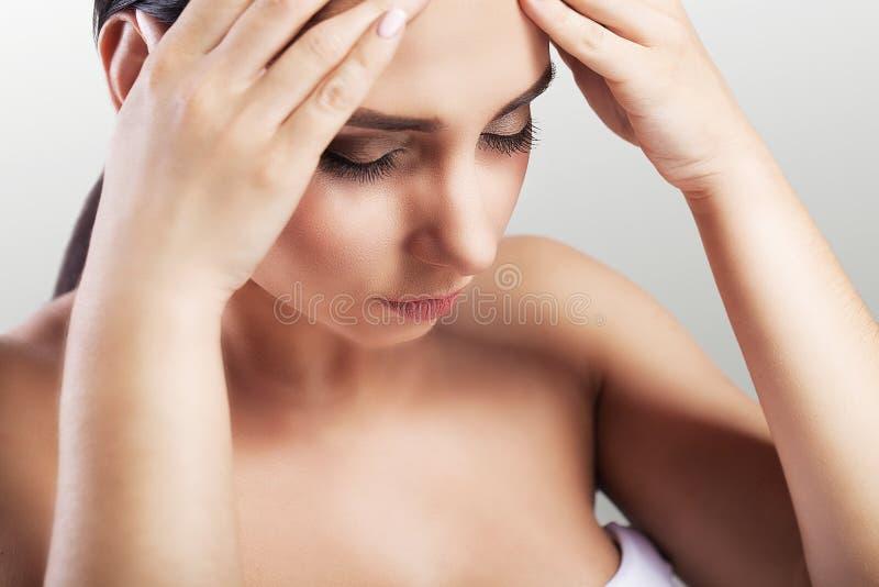 Dor de cabeça Jovem mulher bonita que sofre da dor severa terrível, tocando em sua cara Fadiga, mulher esgotada que é experiencin imagens de stock