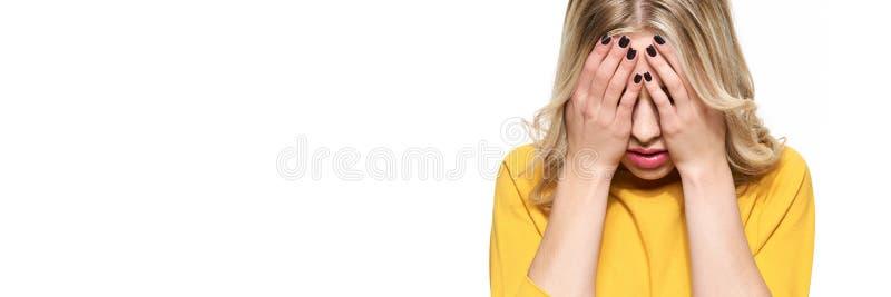 Dor de cabeça nova esgotada forçada de Having Strong Tension do estudante fêmea Pressão e esforço do sentimento Estudante deprimi fotos de stock