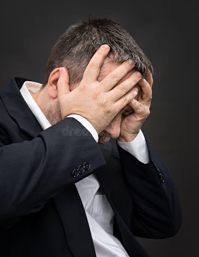 Download Dor De Cabeça. Homem Com A Cara Fechado Pelas Mãos Imagem de Stock - Imagem de emocional, vida: 29836597