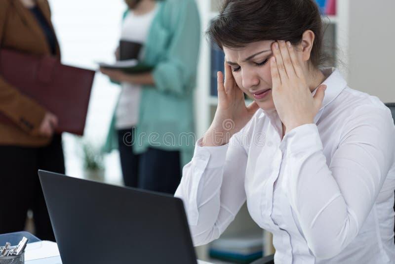 Dor de cabeça terrível no trabalho imagens de stock