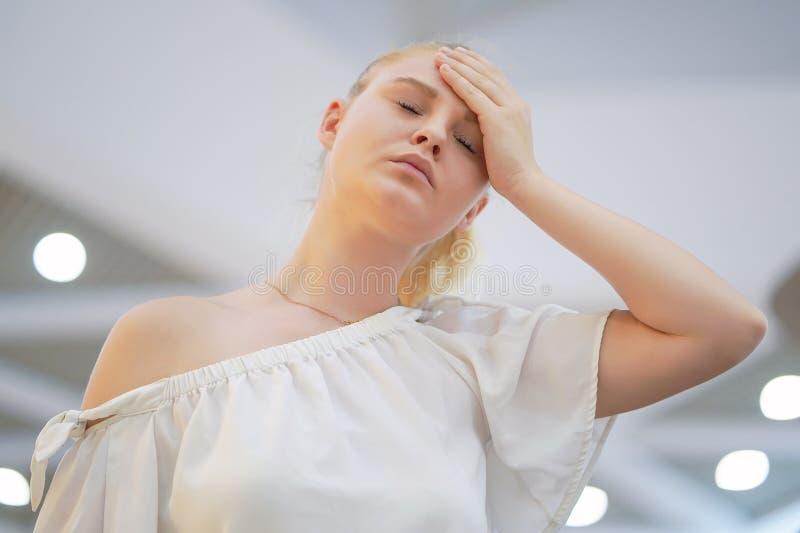 Dor de cabe?a da jovem mulher A menina espreme sua cabe?a imagem de stock