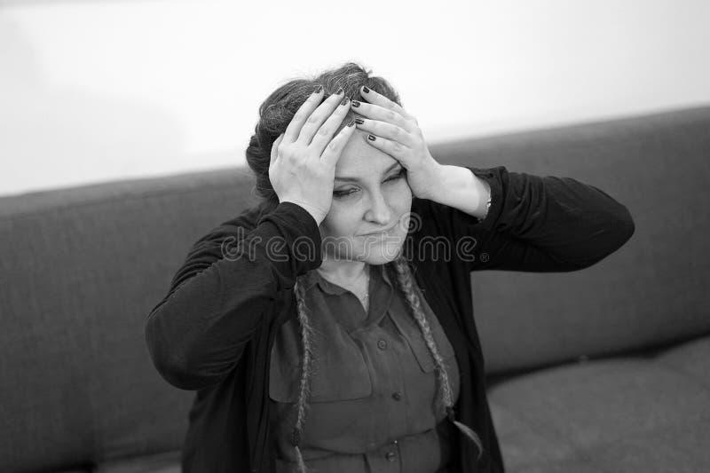 Dor de cabe?a da mulher A menina espreme sua cabe?a fotos de stock