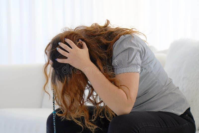 Dor de cabe?a da mulher A menina espreme sua cabe?a imagem de stock royalty free