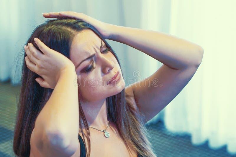 Dor de cabe?a da mulher A menina espreme sua cabe?a imagens de stock royalty free