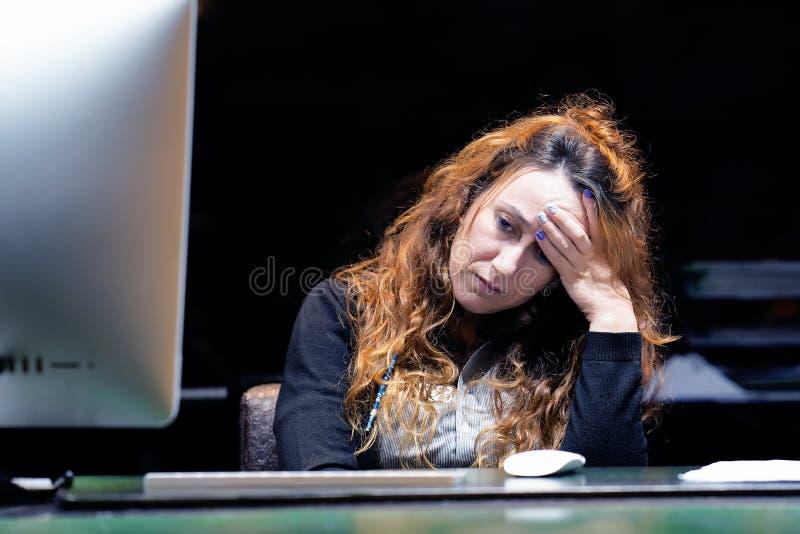 A dor de cabe?a do ` s da menina A menina espreme sua cabe?a foto de stock royalty free