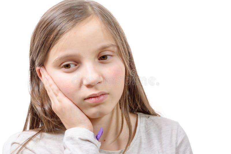 Dor de dente adorável do whit da menina no fundo branco imagens de stock royalty free