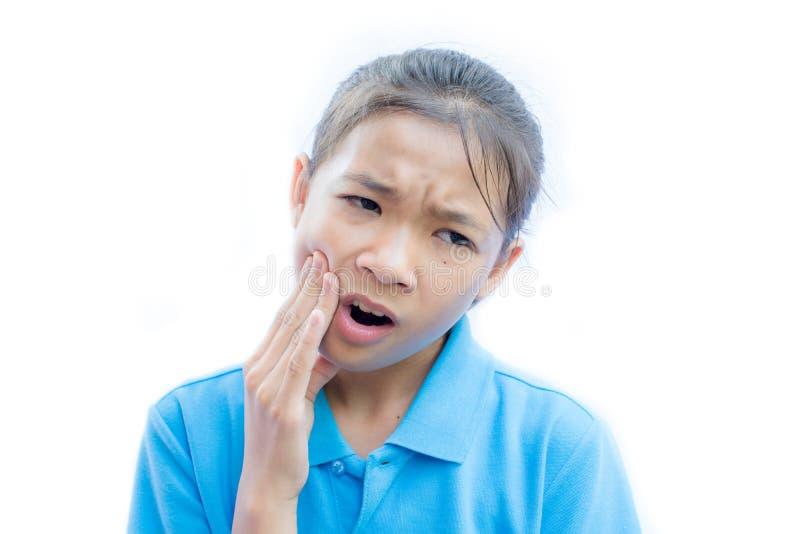 Dor de dente asiática do felling da menina no fundo branco imagens de stock
