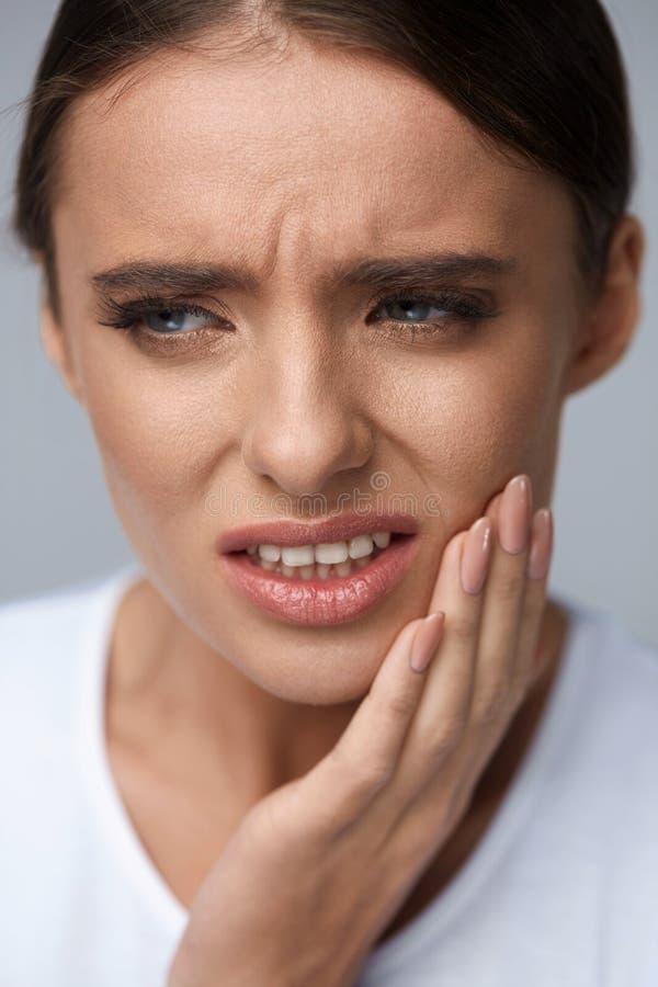 Dor de dente bonita do sentimento da mulher, dor de dente dolorosa saúde fotos de stock
