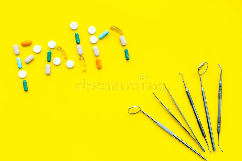 Dor de dente, dor dental Medo do tratamento dental Exprima a dor alinhada com os comprimidos perto das ferramentas do dentista Pa imagem de stock