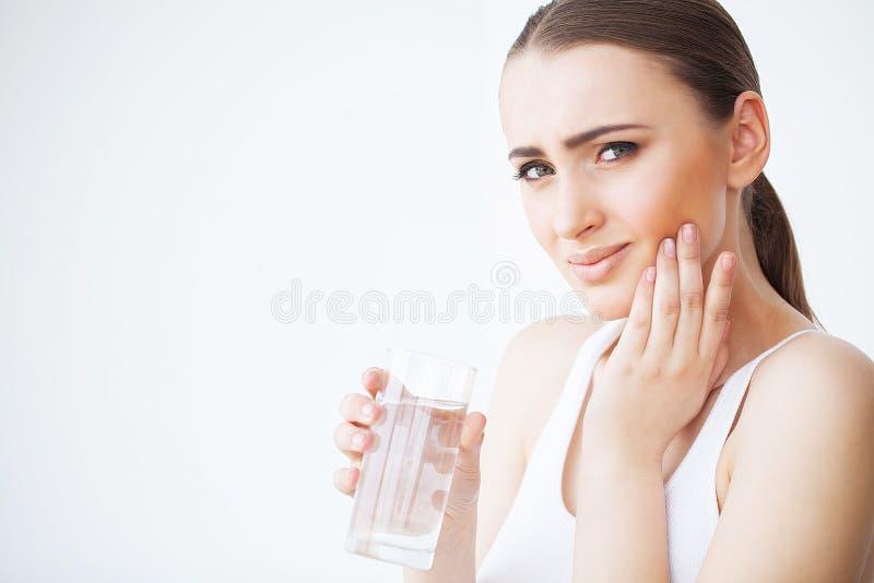 Dor de dente Dor de dente do sentimento da mulher Close up de G triste bonito fotografia de stock